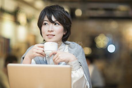 カフェで仕事をするビジネスウーマンの写真素材 [FYI01623951]