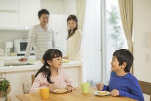 ケーキを食べる兄と妹の写真素材 [FYI01623953]