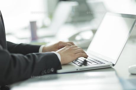 パソコンをするビジネスマンの手元の写真素材 [FYI01623959]