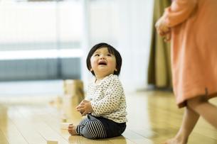 床に座る赤ちゃんの写真素材 [FYI01623964]