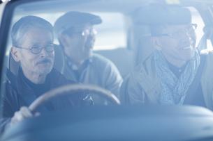 ドライブをするシニア男性の写真素材 [FYI01623965]