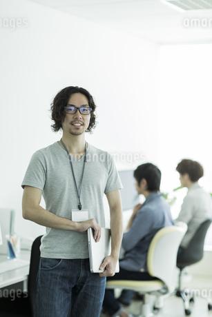笑顔のビジネスマンの写真素材 [FYI01623966]