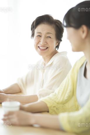 笑顔の母親と娘の写真素材 [FYI01623972]