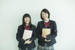 ノートを持って笑顔の女子校生の写真素材 [FYI01623976]