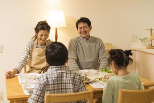 夕食を食べる家族の写真素材 [FYI01623978]