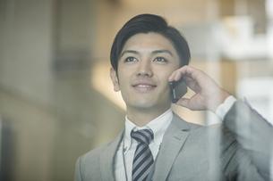 電話をするビジネスマンの写真素材 [FYI01623993]