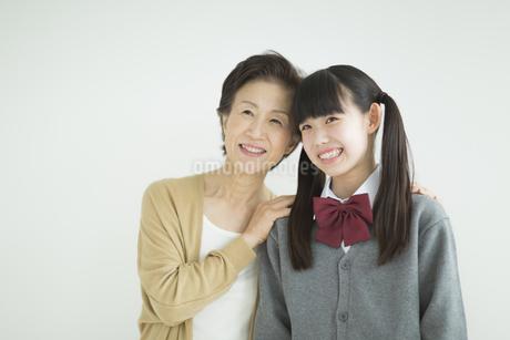 笑顔の祖母と孫の写真素材 [FYI01623995]