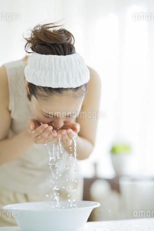 洗顔をするスキンケアイメージの写真素材 [FYI01623997]