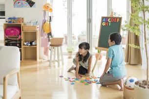 アルファベットで遊ぶ兄と妹の写真素材 [FYI01624018]
