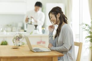テーブルでパソコンをする女性の写真素材 [FYI01624023]