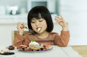 パンケーキを食べる女の子の写真素材 [FYI01624034]