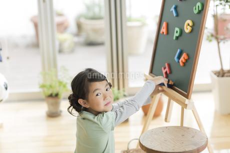 アルファベットで遊ぶ女の子の写真素材 [FYI01624037]