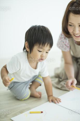 お絵描きをする親子の写真素材 [FYI01624038]