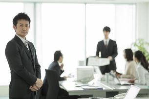 オフィスに立つ日本人ビジネスマンの写真素材 [FYI01624043]