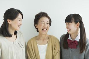 笑顔の三世代家族の写真素材 [FYI01624047]