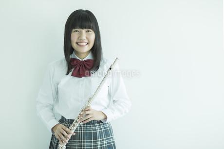 フルートを持って笑顔の女子校生の写真素材 [FYI01624053]