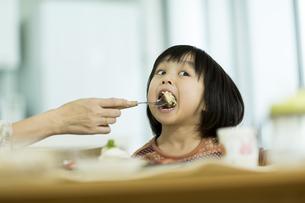 母親にパンケーキを食べさせてもらう女の子の写真素材 [FYI01624060]