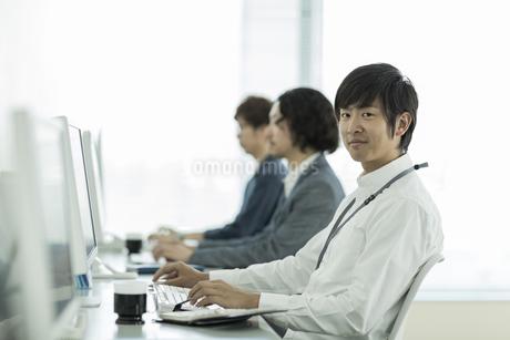 オフィスで働くビジネスマンの写真素材 [FYI01624062]
