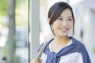 笑顔のビジネスウーマンの写真素材 [FYI01624065]