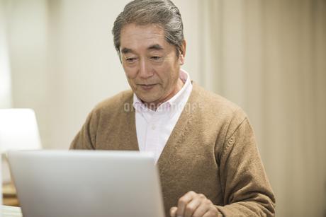 ノートパソコンをするシニア男性の写真素材 [FYI01624067]