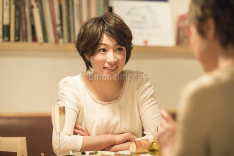 レストランで食事をする母娘の写真素材 [FYI01624069]
