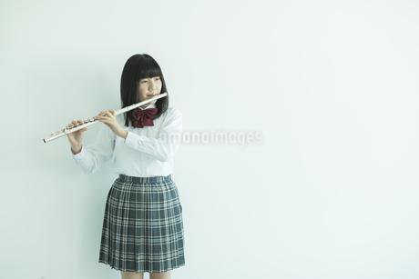 フルートを吹く女子校生の写真素材 [FYI01624073]