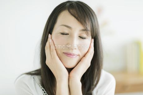 40代日本人女性の美容イメージの写真素材 [FYI01624075]