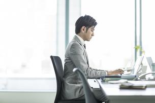 デスクで仕事をするビジネスマンの写真素材 [FYI01624078]