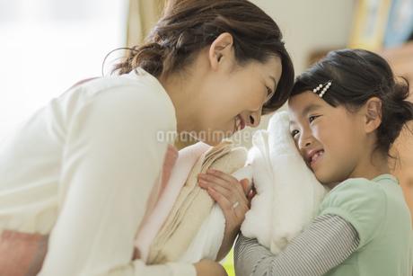 タオルを抱いて笑顔の親子の写真素材 [FYI01624090]