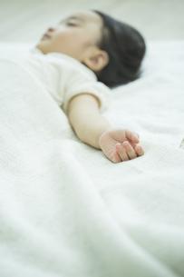 眠る赤ちゃんの手元の写真素材 [FYI01624092]