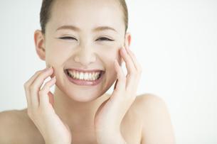 日本人女性のスキンケアイメージの写真素材 [FYI01624093]