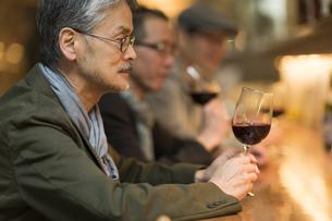 バーでワインを飲むシニア男性の写真素材 [FYI01624103]