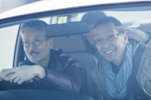 ドライブをするシニア男性の写真素材 [FYI01624122]