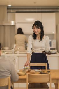 夕食の支度を手伝う娘の写真素材 [FYI01624128]