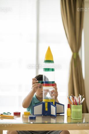 ペットボトルでロケットを作る男の子の写真素材 [FYI01624130]