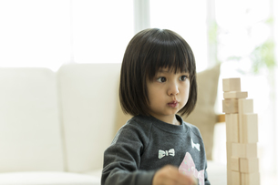 積み木で遊ぶ女の子の写真素材 [FYI01624134]