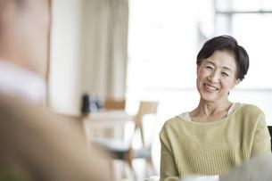 笑顔で会話をするシニア女性の写真素材 [FYI01624135]