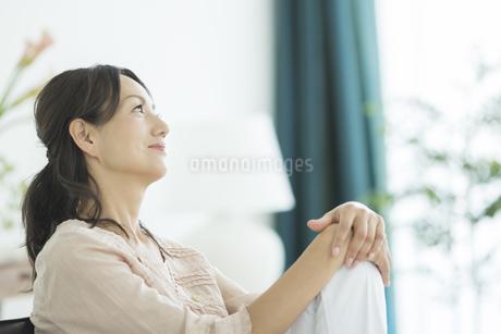 考える40代女性の写真素材 [FYI01624137]