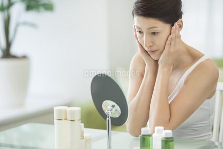 中年女性のスキンケアイメージの写真素材 [FYI01624139]