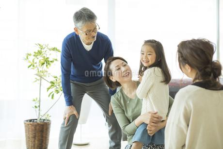 孫を抱き寄せるシニア女性の写真素材 [FYI01624144]