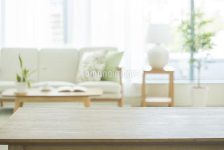 テーブルとリビングルームの写真素材 [FYI01624145]