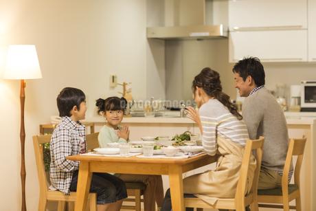 夕食を食べる家族の写真素材 [FYI01624159]