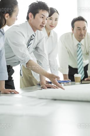 真剣に打ち合わせをするビジネスマンの写真素材 [FYI01624162]