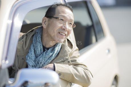 助手席から身を乗り出すシニア男性の写真素材 [FYI01624168]