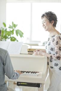 ピアノのレッスンをする中高年女性の写真素材 [FYI01624175]