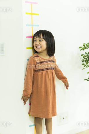 身長を測る女の子の写真素材 [FYI01624180]