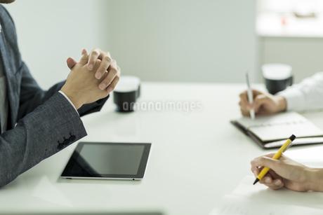 打ち合わせをするビジネスマンの手元の写真素材 [FYI01624181]