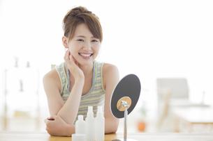 笑顔の女性のスキンケアイメージの写真素材 [FYI01624182]