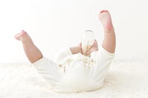 寝転ぶ赤ちゃんの足の写真素材 [FYI01624187]