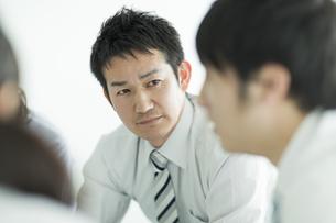真剣に話しを聞くビジネスマンの写真素材 [FYI01624189]